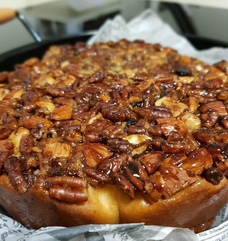 עוגת שמרים קינמון ופיצוחים מקורמלים