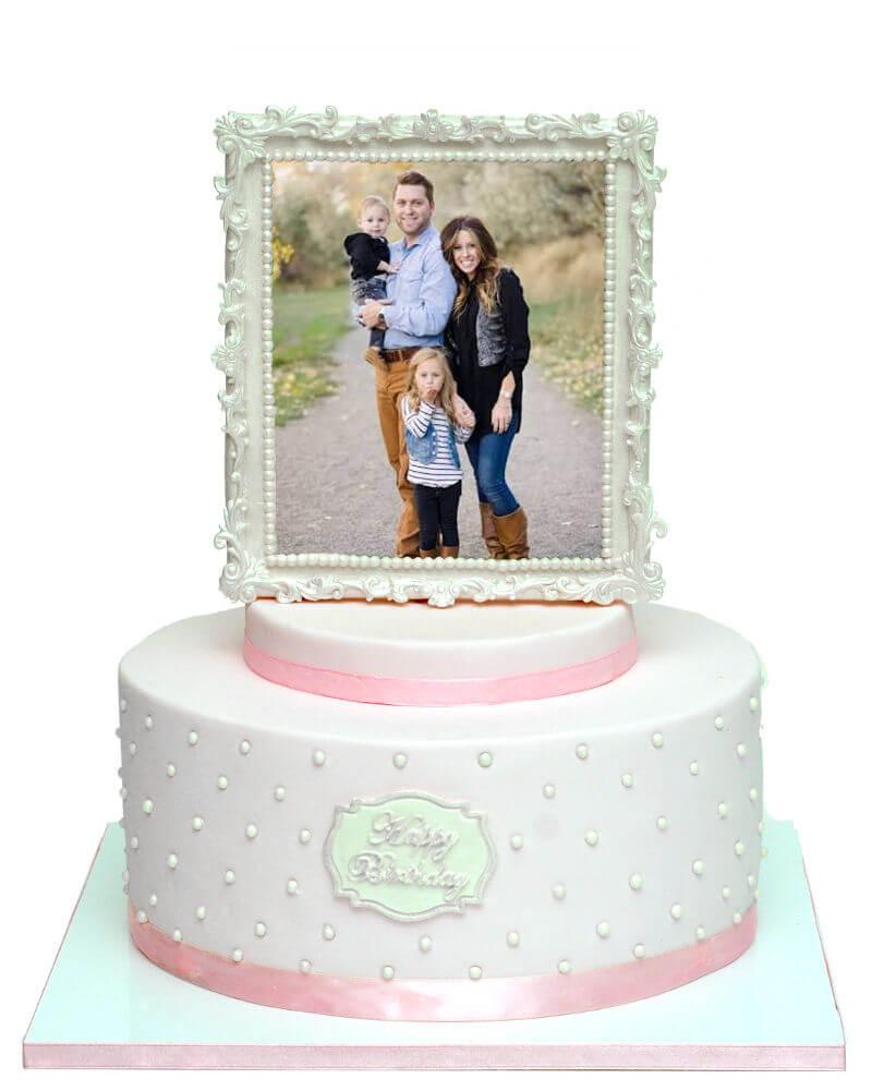 עוגת יום הולדת עם תמונה במסגרת