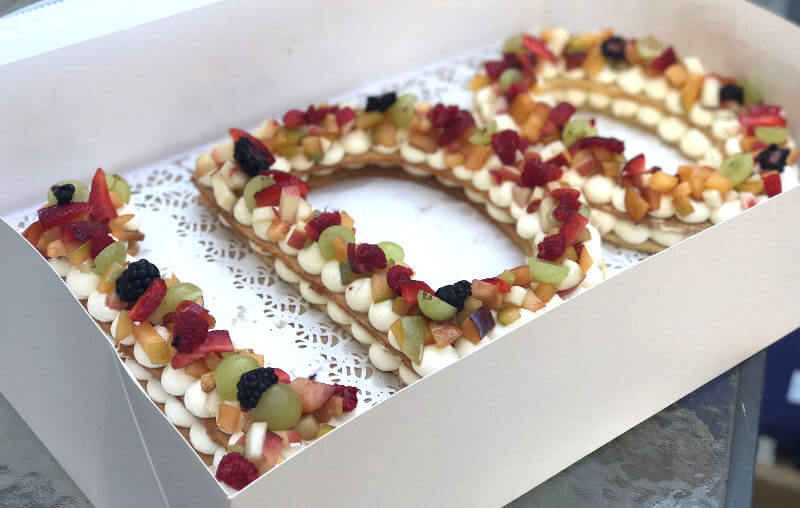 עוגת אותיות ופירות להצעת נישואין מתוקה