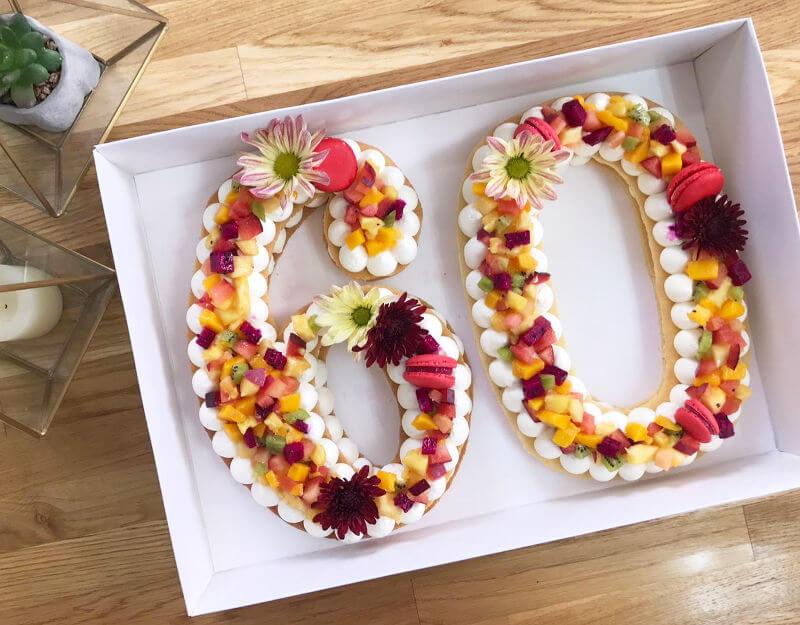 עוגת מספרים בשכבות ליום הולדת 60