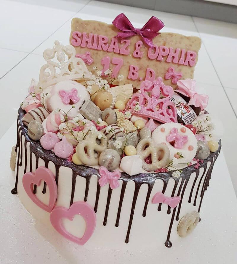 שלל שוקולדים על עוגת יום הולדת מעוצבת
